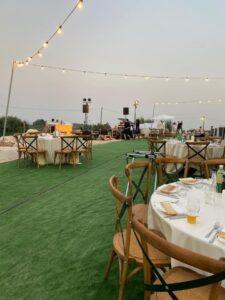 ארגון חתונה בטבע ועיצוב החתונה עם דשא סינטטי